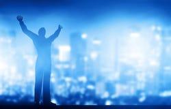 Succesvolle zakenman met omhoog handen Stock Fotografie