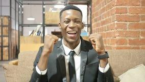 Succesvolle Zwarte Zakenman Celebrating Success stock footage