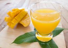 Succhi del mango Immagini Stock