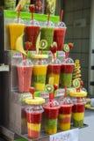 Succhi della frutta fresca con i pezzi della frutta Fotografia Stock Libera da Diritti