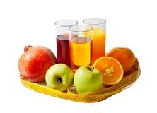 Succhi di frutta, frutti e nastro di misurazione isolati su bianco Fotografie Stock
