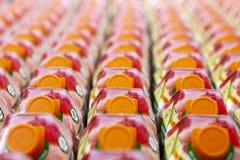 Succhi di frutta sugli scaffali di negozio in supermercato fotografie stock