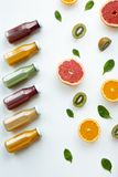 Succhi e frutti differenti su fondo bianco Concetto sano e fresco fotografia stock libera da diritti