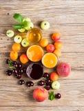 Succhi e frutti, vista da sopra Immagini Stock