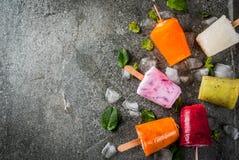Succhi e ghiaccioli del frullato fotografie stock libere da diritti