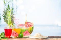Succhi sani freschi luminosi, frutta, ananas, anguria sui precedenti del mare Estate, resto, stile di vita sano Fotografia Stock Libera da Diritti