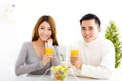 Succo bevente delle giovani coppie ed alimento sano Fotografia Stock Libera da Diritti