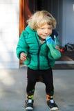 Succo bevente sorridente del neonato felice Fotografie Stock
