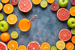 Succo con gli agrumi, mela, pompelmo su fondo blu Vista superiore, fuoco selettivo Disintossicazione, essendo a dieta, cibo pulit fotografia stock