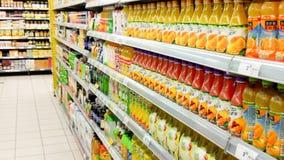 Succo d'arancia al contatore di un supermercato Fotografie Stock Libere da Diritti
