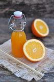 Succo d'arancia, arancia, tavola di legno Immagine Stock Libera da Diritti