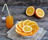 Succo d'arancia, arancia, tavola di legno Fotografia Stock