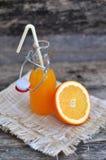 Succo d'arancia, arancia, tavola di legno Fotografie Stock