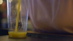 Succo d'arancia bevente del cliente assetato del caffè da paglia di plastica, cocktail dell'agrume stock footage