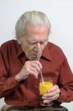 Succo d'arancia bevente dell'uomo senior Fotografia Stock Libera da Diritti