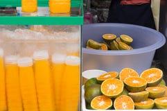 Succo d'arancia in bottiglia di plastica trasparente sulla vendita fotografie stock