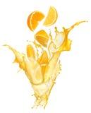 Succo d'arancia che spruzza con i suoi frutti Fotografie Stock