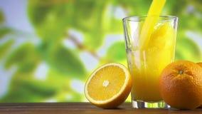 Succo d'arancia che versa in vetro sul fondo di colore archivi video