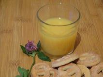 Succo d'arancia, ciambelline salate dello zucchero e trifoglio immagine stock libera da diritti