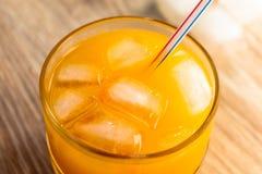 Succo d'arancia con ghiaccio immagini stock libere da diritti