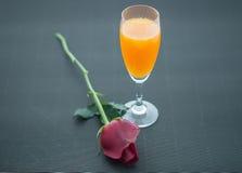 Succo d'arancia con Rosa Fotografia Stock Libera da Diritti