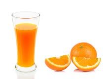 Succo d'arancia di vetro isolato sui precedenti bianchi Fotografie Stock