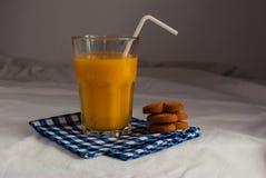Succo d'arancia e biscotti per la prima colazione Immagini Stock