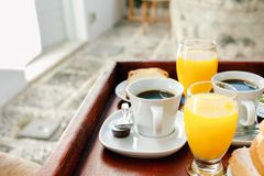 Succo d'arancia e caffè, prima colazione continentale su un vassoio di legno Fotografie Stock