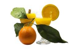 Succo d'arancia e fette di arancia isolati su bianco Immagini Stock