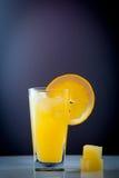 Succo d'arancia e fette di frutta arancio Fotografie Stock