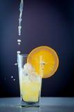 Succo d'arancia e fette di frutta arancio Fotografia Stock