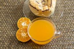 Succo d'arancia e pane Fotografia Stock Libera da Diritti