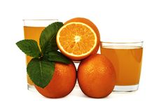 Succo d'arancia fresco con la menta in una tazza di vetro isolata su fondo bianco Arance e succo freschi su un fondo bianco, vist Fotografia Stock Libera da Diritti