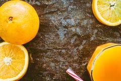 Succo d'arancia fresco su fondo di pietra rustico fotografia stock libera da diritti
