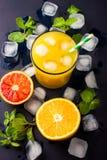 Succo d'arancia fresco su fondo scuro Immagine Stock Libera da Diritti