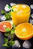Succo d'arancia fresco su fondo scuro Immagini Stock Libere da Diritti
