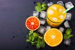 Succo d'arancia fresco su fondo scuro Immagini Stock
