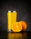 Succo d'arancia fresco su fondo scuro Fotografia Stock Libera da Diritti