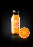 Succo d'arancia in una bottiglia di vetro per il logo della pubblicità e dell'annata di progettazione, frutta, trasparente, vetto Immagini Stock