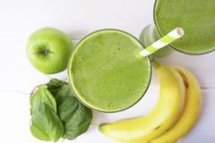 Succo del frullato della mela degli spinaci del preparato della banana e bevanda verde del succo sani immagine stock libera da diritti
