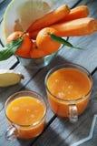 Succo del mandarino, del pomelo e di carota Fotografie Stock Libere da Diritti