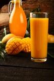 Succo del mango di Alphonso in vetro Immagini Stock
