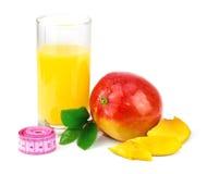 Succo del mango, frutta del mango con il centimetro e foglie verdi Fotografie Stock Libere da Diritti