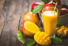 Succo del mango nel vetro fotografia stock