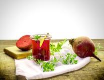 Succo della barbabietola, bevanda sana della bevanda e barbabietola organica Fotografia Stock
