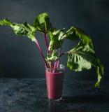 Succo della barbabietola con le foglie della barbabietola Immagini Stock