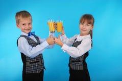Succo della bevanda del ragazzo e della ragazza Immagine Stock Libera da Diritti