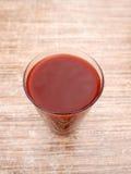 Succo della ciliegia sulla tavola di legno Immagine Stock Libera da Diritti