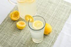 Succo della limonata con le fette del limone fotografia stock libera da diritti
