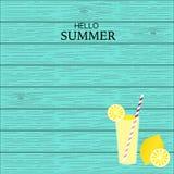 Succo della limonata di estate con fondo lineare di legno Immagine Stock Libera da Diritti